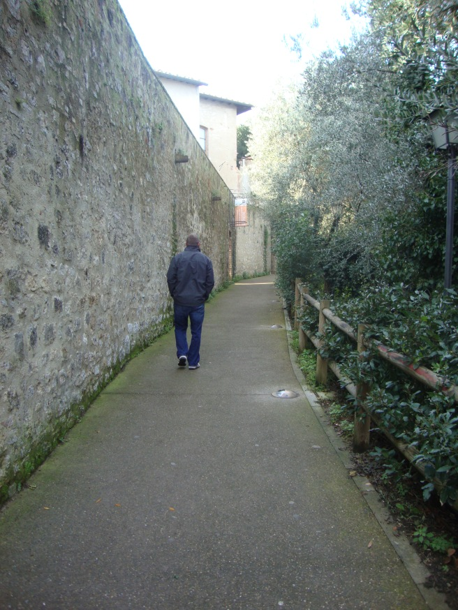 Walking around the medieval walls of Sam Gimignano